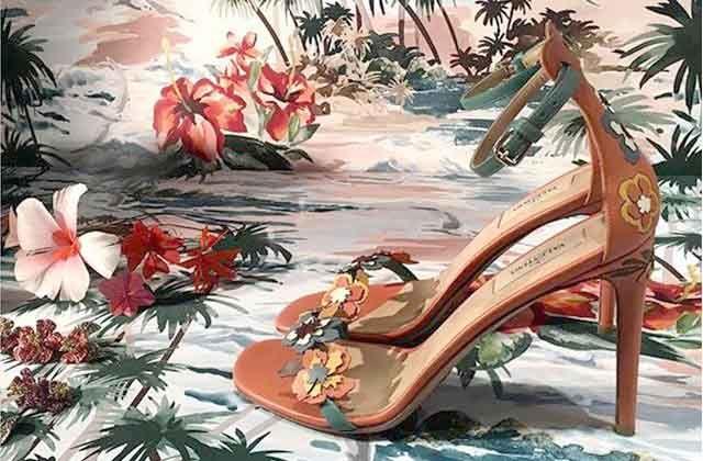 Estilo hawaiano en sandalias y bolsos de Valentino